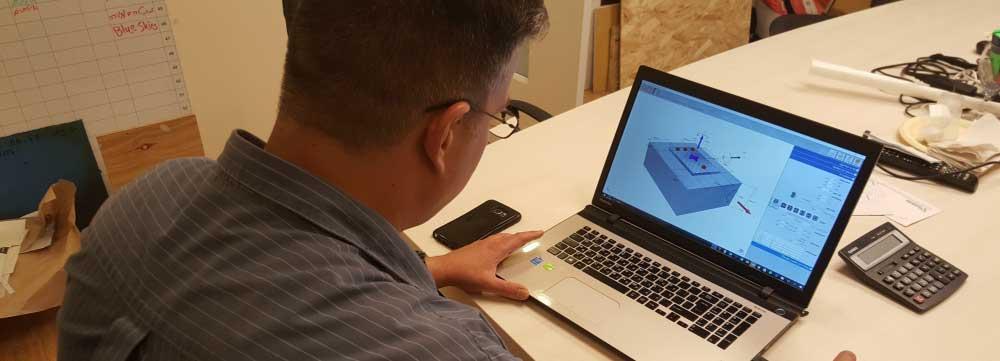 תמונת בן אדם מול תוכנת חישוב אדיט בע''מ