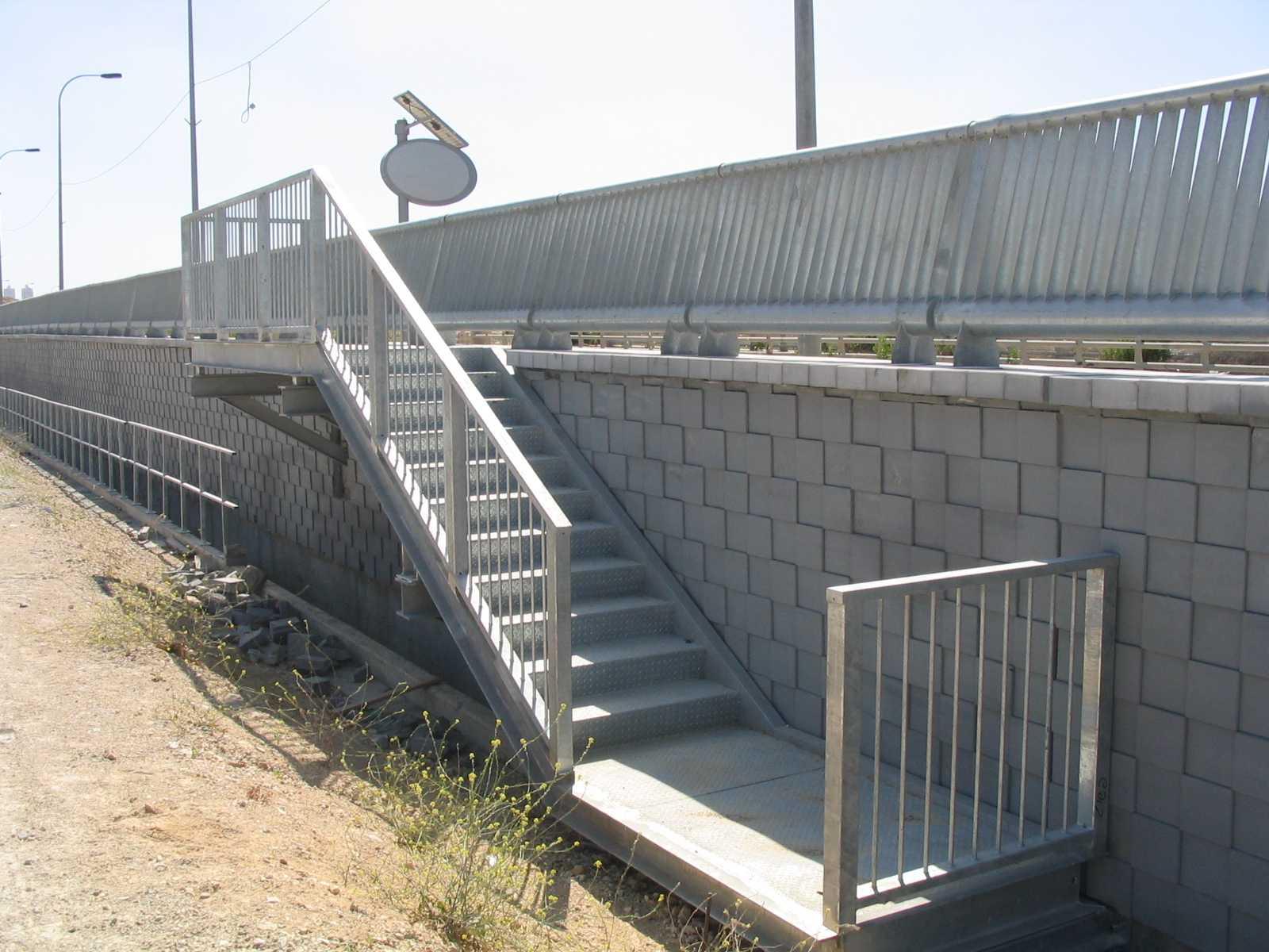 רכבת מודיעין ירושלים - עיגון מעקות ומדרגות