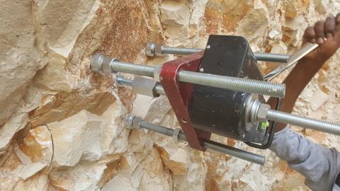 בדיקת שליפה של הבורג בטון בהברגה ישירה BT בקיר עשוי מאבן טבעית