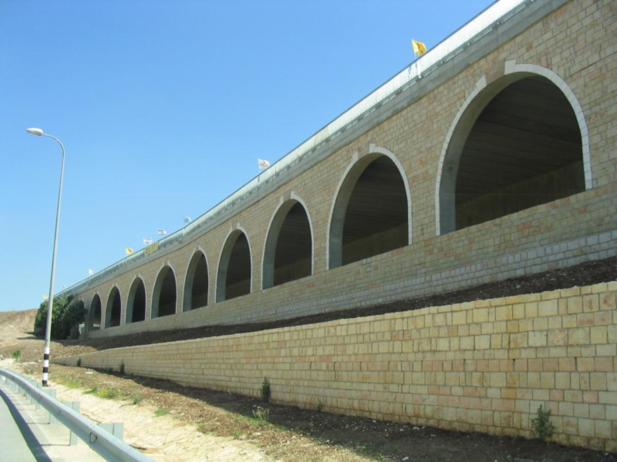 גשר מחלף מסילתי - חיזוק אבנים (חיפוי אבן) עם בורג בטון ועיגון קוצים עם דבק אפוקסי
