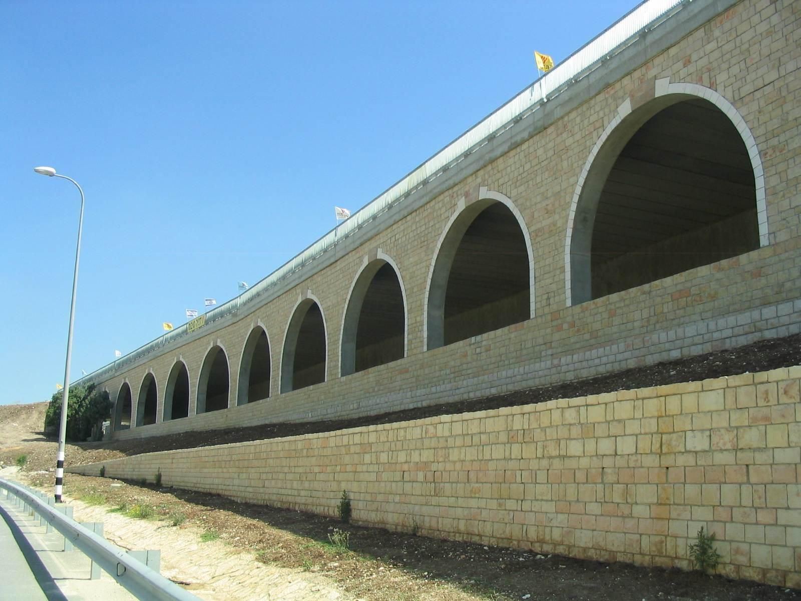 גשר מחלף מסילתי - חיזוק אבנים (חיפוי אבן) עם בורג בטון