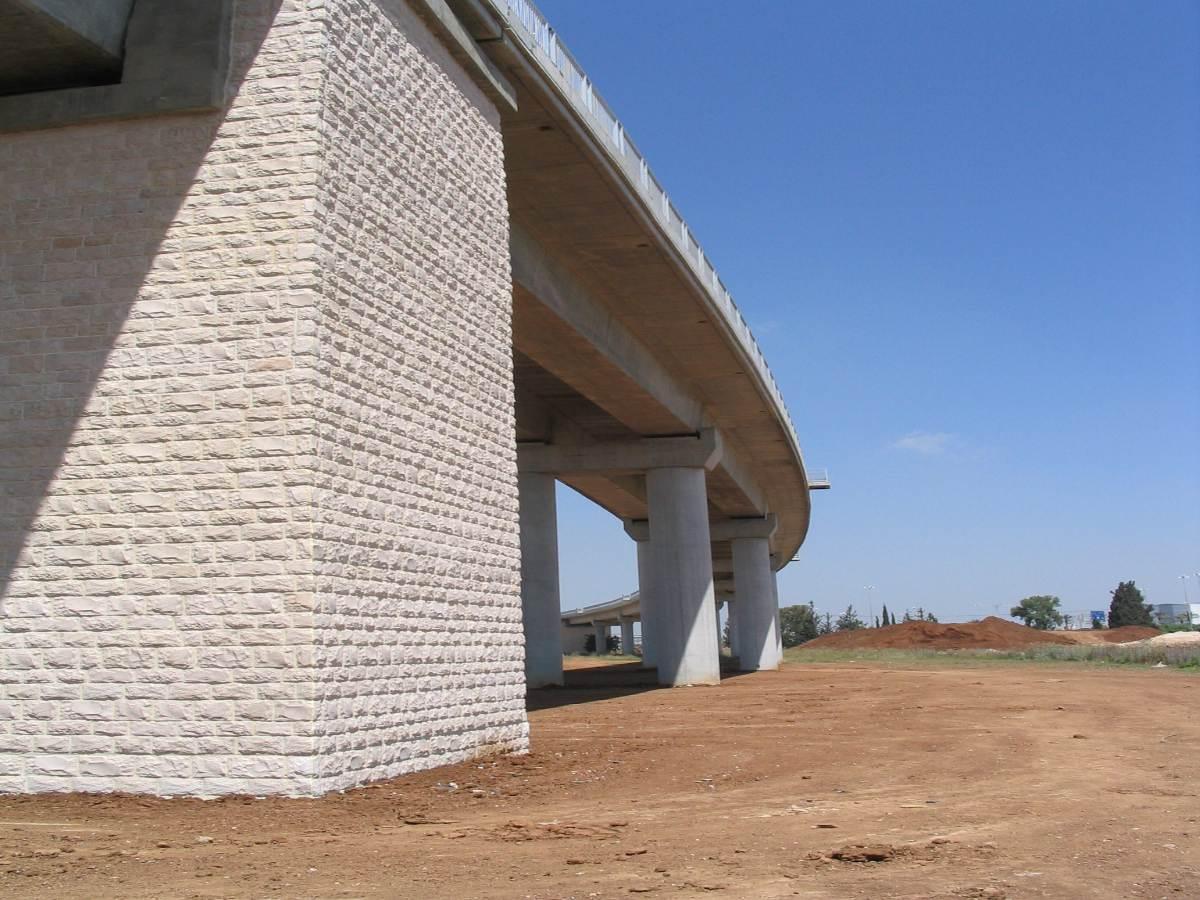 חיזוק אבנים (חיפוי אבן) בגשר בכניסה לנתב''ג עם בורג בטון בהברגה ישירה PSZ