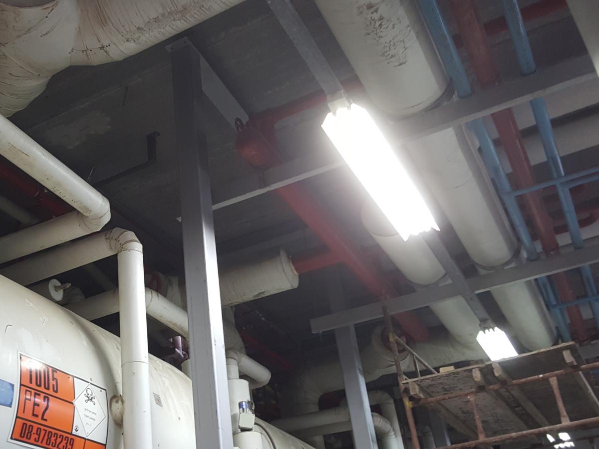 מפעל פרי אור - חיבור קיר קיים לקיר מגן עם עוגן כימי דבק אפוקסי AC500Pro ועיגון קונסטרוקציה פנימית עם בורג בטון בהברגה ישירה BT