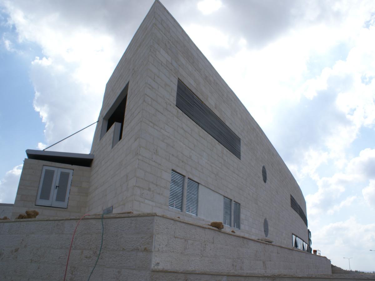 חיזוק אבנים (חיפוי אבן) בבניין במודיעין עם בורג בטון PSZ GG