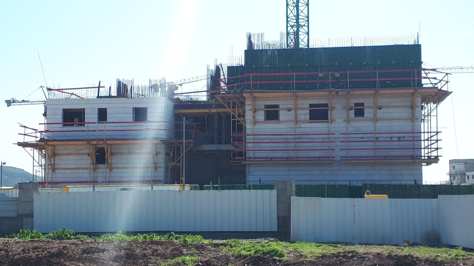 בפרויקט מגדלי וילאר בטירת הכרמל בורג בטון עם עיין מובנה BTeye לעבודות בגובה הכולל אבטחה וקו חיים.