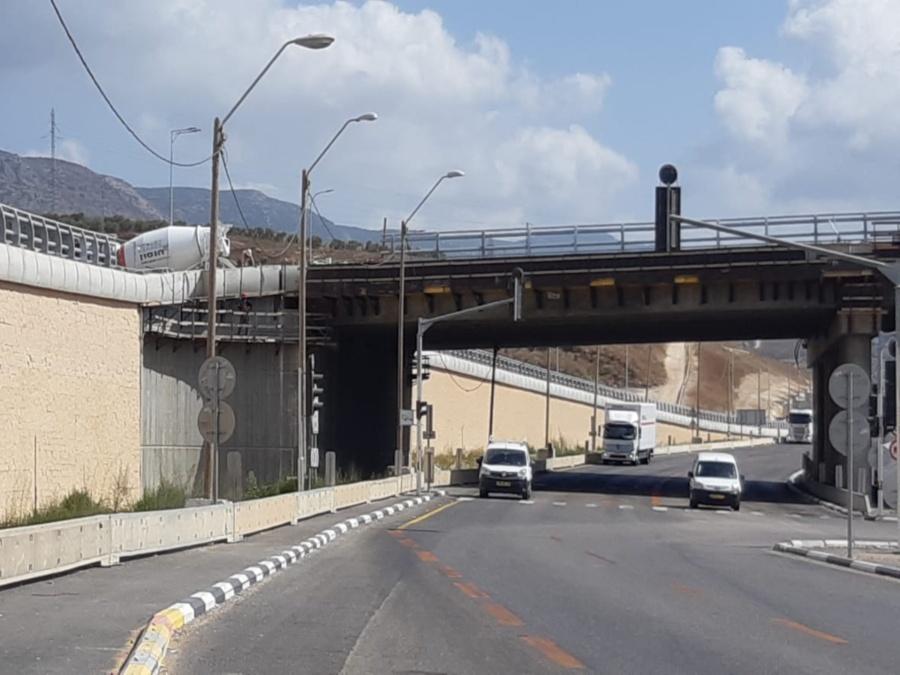 כביש 85 כרמיאל - התקנת קוצים עם דבקים כימיים וחיבור עם ברגי בטון